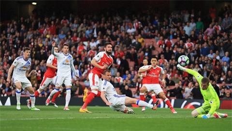 Giroud không thắng được Pickford trong pha đối mặt