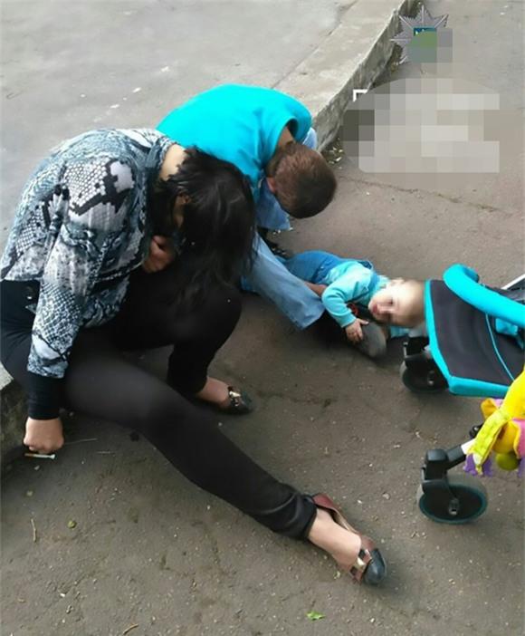 cha mẹ nát rượu, bé 4 tuổi bị bỏ rơi, sao say rượu