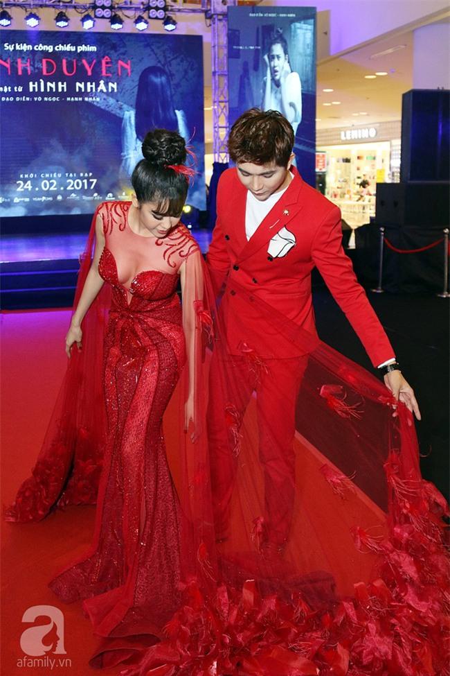 Không chỉ mặc ton-sur-ton, Tim và Trương Quỳnh Anh còn thích chăm chút quần áo trên thảm đỏ cho nhau - Ảnh 2.
