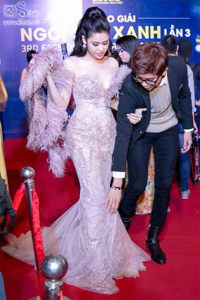 Không chỉ mặc ton-sur-ton, Tim và Trương Quỳnh Anh còn thích chăm chút quần áo trên thảm đỏ cho nhau - Ảnh 3.