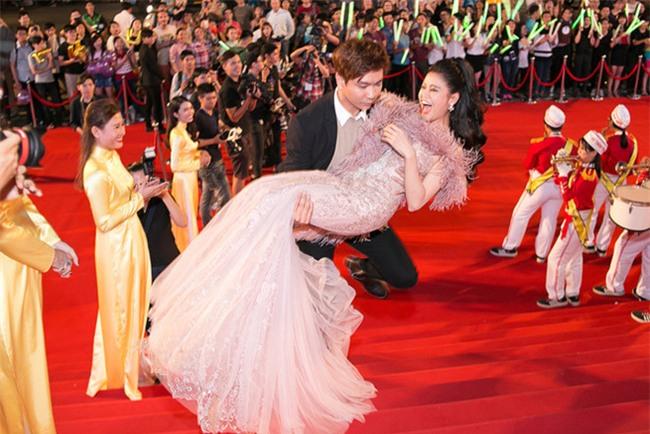 Không chỉ mặc ton-sur-ton, Tim và Trương Quỳnh Anh còn thích chăm chút quần áo trên thảm đỏ cho nhau - Ảnh 4.