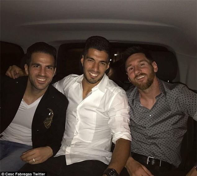 Messi sơ mi đóng thùng đến khai trương shop giày của Antonella và vợ Suarez - Ảnh 12.
