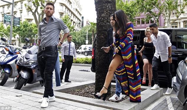Messi sơ mi đóng thùng đến khai trương shop giày của Antonella và vợ Suarez - Ảnh 4.
