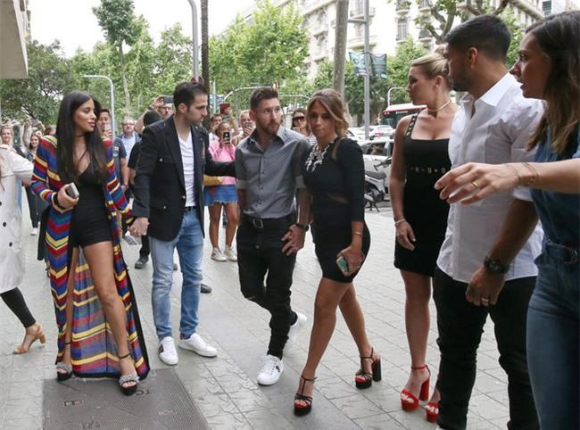 Messi sơ mi đóng thùng đến khai trương shop giày của Antonella và vợ Suarez - Ảnh 7.