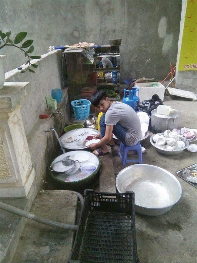 Đi ăn cỗ, chàng trai một mình rửa 6 mâm bát đĩa vì bạn gái đau tay - Ảnh 2.