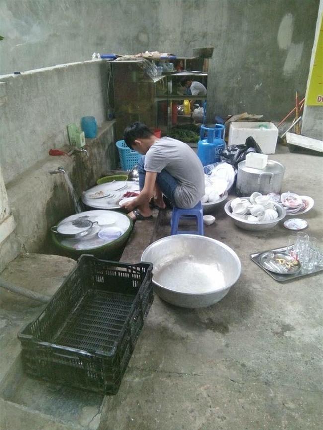 Đi ăn cỗ, chàng trai một mình rửa 6 mâm bát đĩa vì bạn gái đau tay - Ảnh 3.