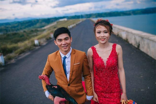 Người thứ ba trong ảnh cưới của cặp đôi Phú Yên khiến dân mạng bấm like nhiệt tình - Ảnh 1.