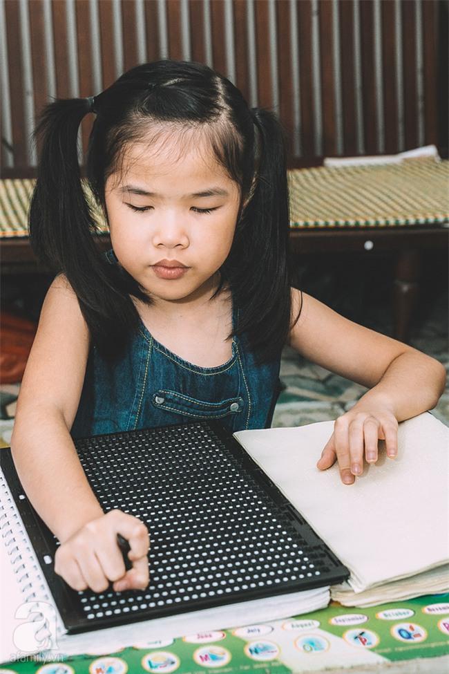 Mẹ bé khiếm thị gây sốt Vietnam Idol Kids: Tôi đã khóc rất nhiều khi con mình chẳng nhìn thấy gì cả! - Ảnh 2.