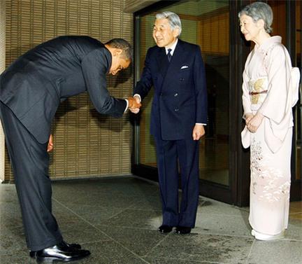 Nhân viên đoàn hộ tống Thủ tướng Nhật Bản cúi đầu chào và cảm ơn người đi xe đạp vì đã nhường đường - Ảnh 4.