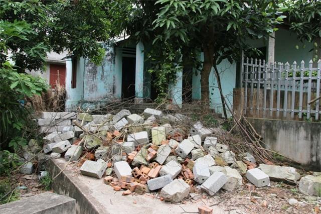 Ngôi nhà bà Mến đang ở bị 4 anh em chồng dùng gạch đá chặn lối vào ngõ