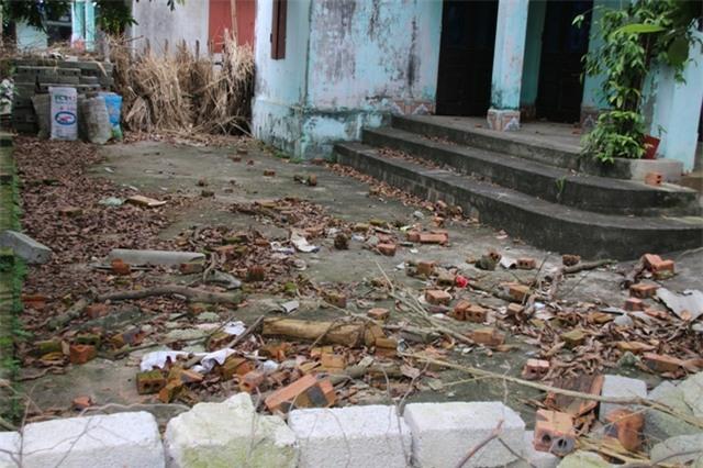 Sân ngổn ngang sau, nhà bỏ hoang của bà Mến vì bị 4 anh em chồng chặn