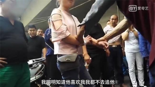 Bất chấp mọi lời can ngăn, cô gái 19 tuổi liên tục đánh chửi bố mẹ già thậm tệ giữa đường - Ảnh 7.