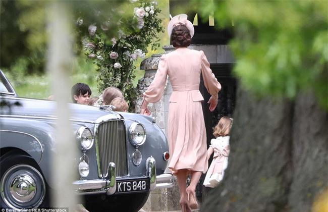 Hoàng tử nhí George và em gái cực đáng yêu trong vai trò phù dâu cho dì Pippa Middleton - Ảnh 4.