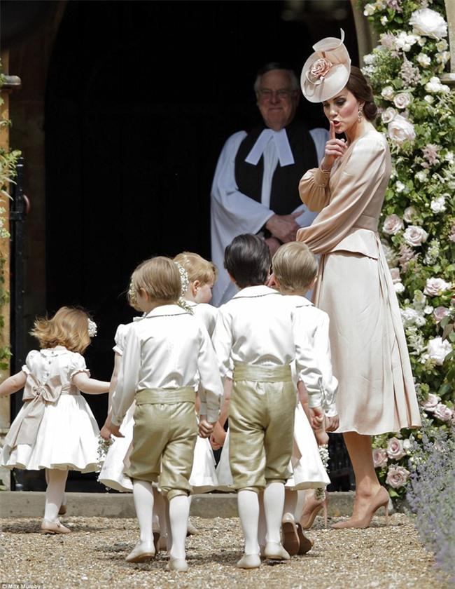 Hoàng tử nhí George và em gái cực đáng yêu trong vai trò phù dâu cho dì Pippa Middleton - Ảnh 6.