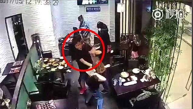 Cô gái hành hung bé gái 4 tuổi ngay giữa nhà hàng vì dám làm hỏng bầu không khí lãng mạn của buổi hẹn hò - Ảnh 2.