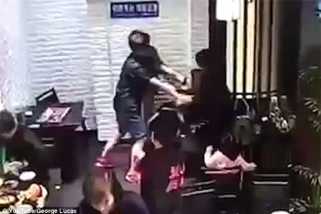 Cô gái hành hung bé gái 4 tuổi ngay giữa nhà hàng vì dám làm hỏng bầu không khí lãng mạn của buổi hẹn hò - Ảnh 3.