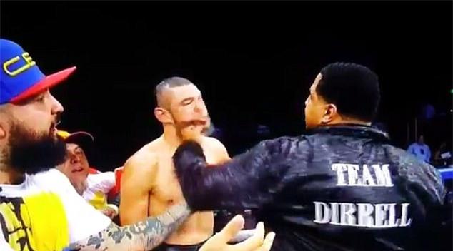 Võ sĩ boxing ngơ ngác khi chú của đối thủ cho một đấm vào mặt - Ảnh 2.