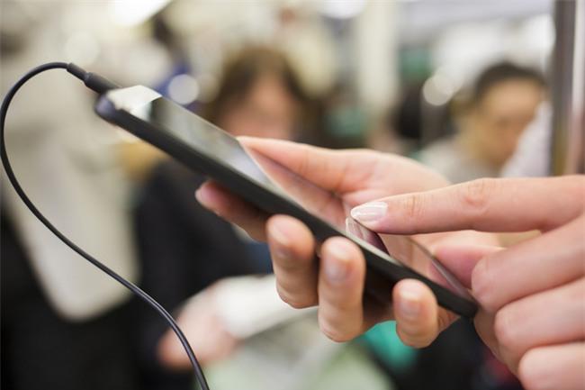 5 thói quen cực xấu khi sử dụng điện thoại mà bạn nên bỏ ngay lập tức - Ảnh 1.