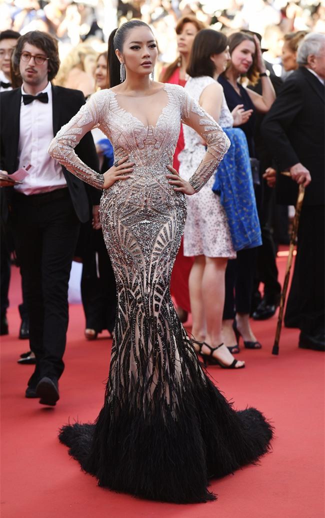 Váy của NTK Việt được các người đẹp mặc trên thảm đỏ quốc tế làm nức lòng khán giả quê nhà - Ảnh 1.