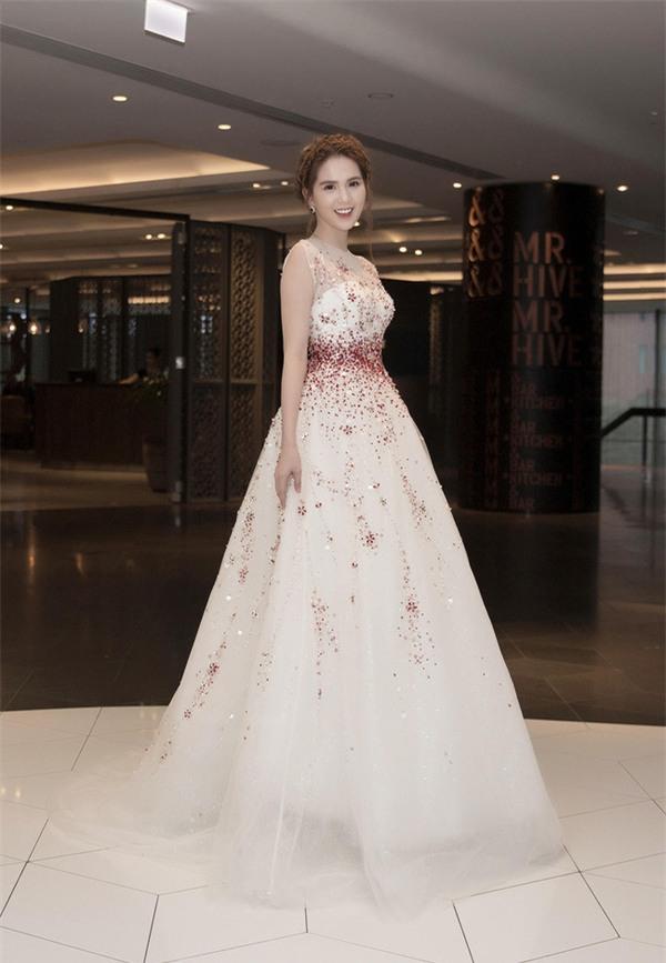 Váy của NTK Việt được các người đẹp mặc trên thảm đỏ quốc tế làm nức lòng khán giả quê nhà - Ảnh 11.