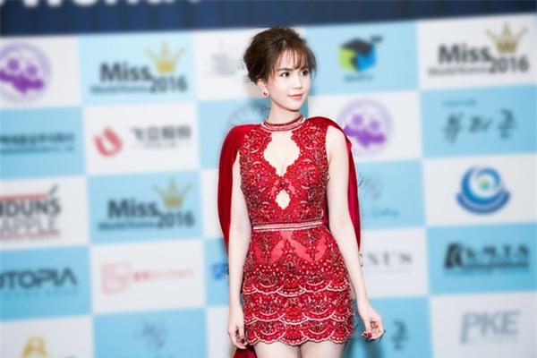 Váy của NTK Việt được các người đẹp mặc trên thảm đỏ quốc tế làm nức lòng khán giả quê nhà - Ảnh 13.