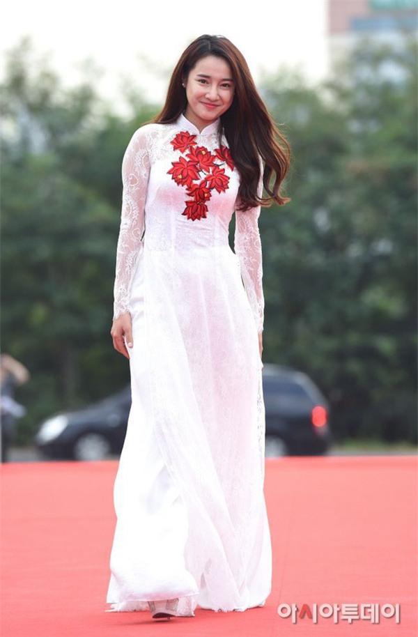 Váy của NTK Việt được các người đẹp mặc trên thảm đỏ quốc tế làm nức lòng khán giả quê nhà - Ảnh 19.