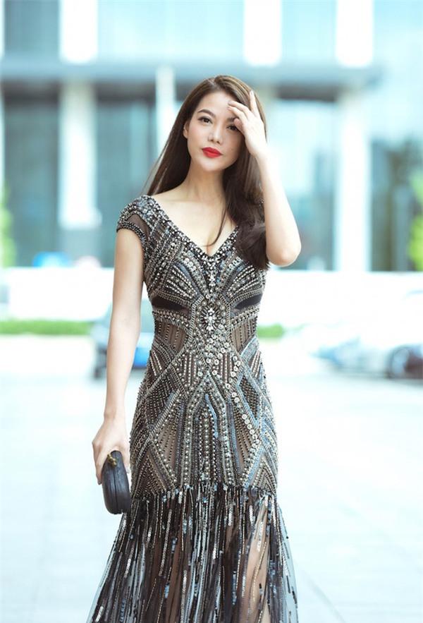 Váy của NTK Việt được các người đẹp mặc trên thảm đỏ quốc tế làm nức lòng khán giả quê nhà - Ảnh 20.