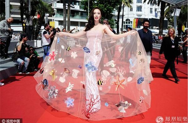 Váy của NTK Việt được các người đẹp mặc trên thảm đỏ quốc tế làm nức lòng khán giả quê nhà - Ảnh 6.