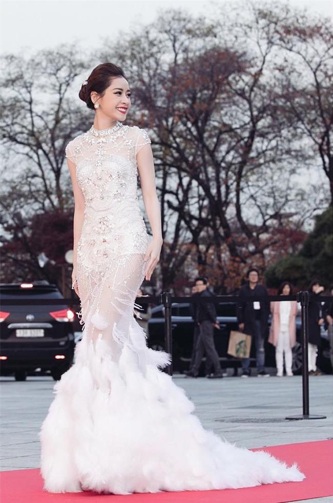 Váy của NTK Việt được các người đẹp mặc trên thảm đỏ quốc tế làm nức lòng khán giả quê nhà - Ảnh 8.