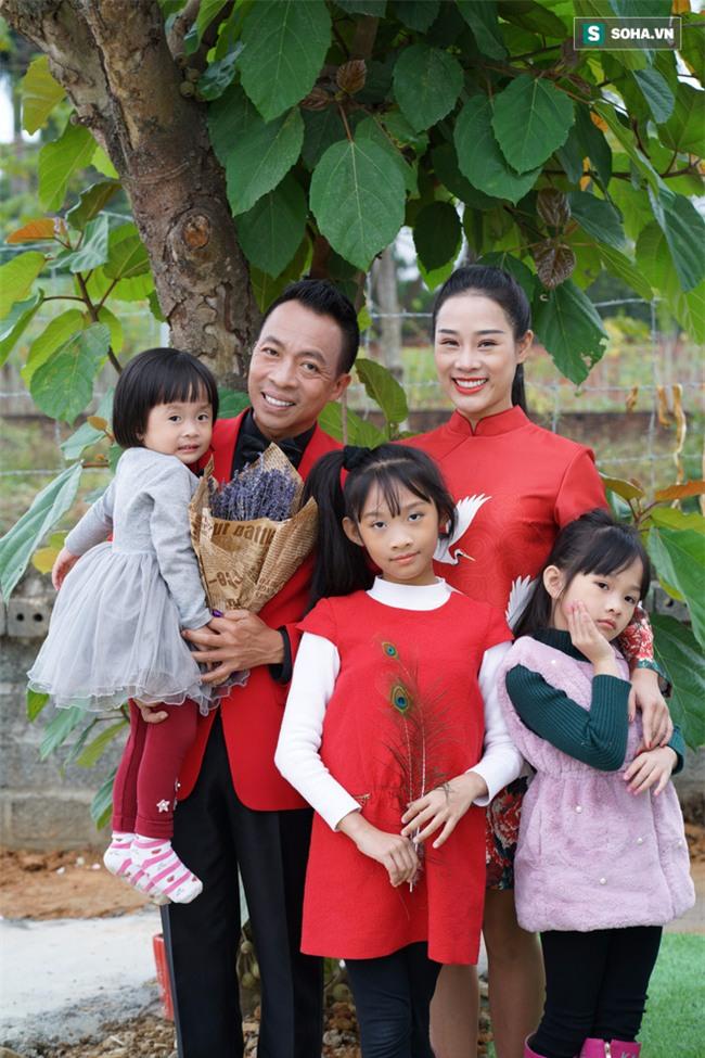 Việt Hoàn: Từ ca sĩ mặc quần vá lên sân khấu đến ông chủ cơ ngơi rộng gần 2000m2 - Ảnh 3.