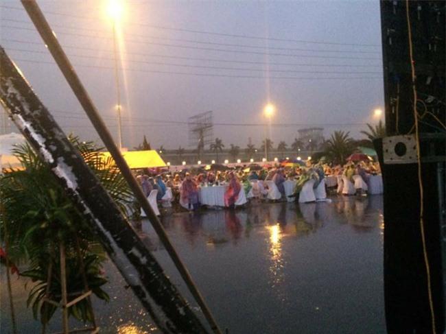 Đi tiệc cưới ngoài trời sang chảnh, hàng trăm khách đội áo mưa, nilon ăn búp phê toàn canh - Ảnh 1.