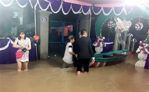 Đi tiệc cưới ngoài trời sang chảnh, hàng trăm khách đội áo mưa, nilon ăn búp phê toàn canh - Ảnh 11.