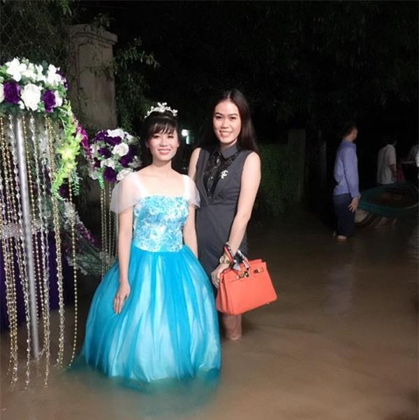 Đi tiệc cưới ngoài trời sang chảnh, hàng trăm khách đội áo mưa, nilon ăn búp phê toàn canh - Ảnh 13.