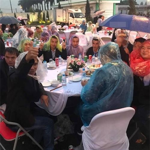 Đi tiệc cưới ngoài trời sang chảnh, hàng trăm khách đội áo mưa, nilon ăn búp phê toàn canh - Ảnh 3.