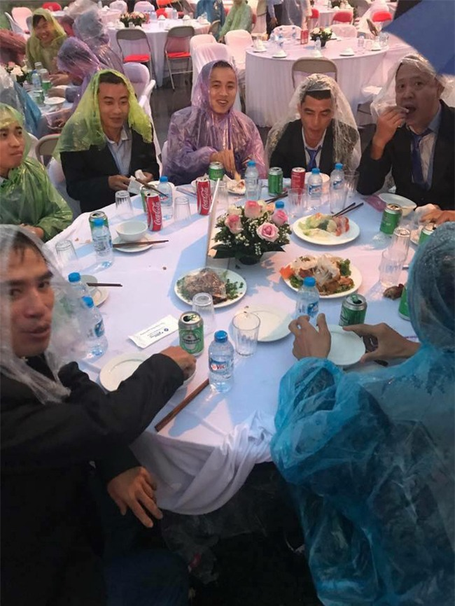 Đi tiệc cưới ngoài trời sang chảnh, hàng trăm khách đội áo mưa, nilon ăn búp phê toàn canh - Ảnh 4.