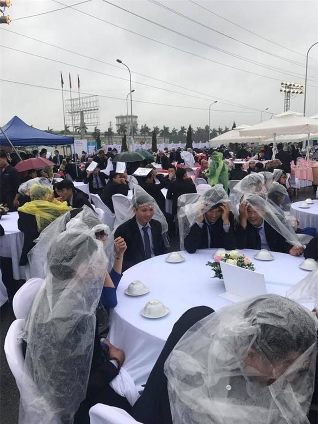 Đi tiệc cưới ngoài trời sang chảnh, hàng trăm khách đội áo mưa, nilon ăn búp phê toàn canh - Ảnh 5.