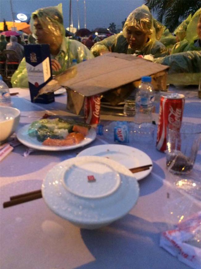 Đi tiệc cưới ngoài trời sang chảnh, hàng trăm khách đội áo mưa, nilon ăn búp phê toàn canh - Ảnh 6.