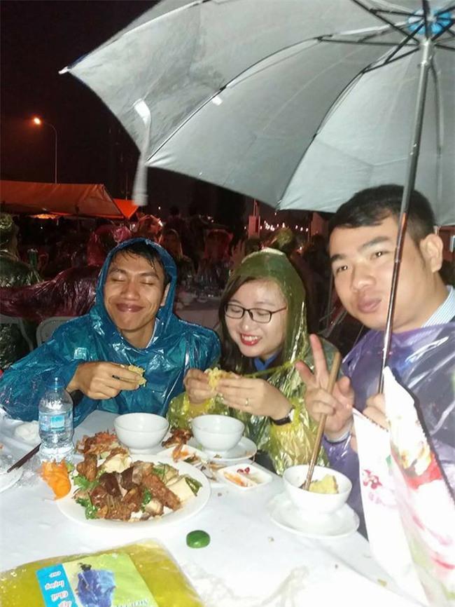 Đi tiệc cưới ngoài trời sang chảnh, hàng trăm khách đội áo mưa, nilon ăn búp phê toàn canh - Ảnh 7.