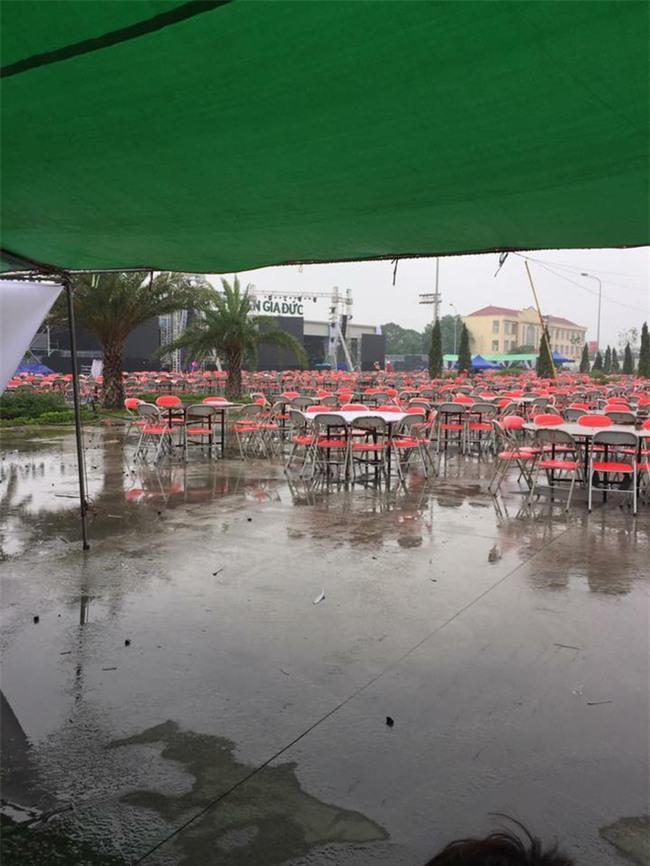 Đi tiệc cưới ngoài trời sang chảnh, hàng trăm khách đội áo mưa, nilon ăn búp phê toàn canh - Ảnh 9.
