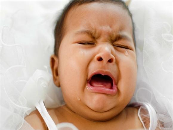 nhấn vào 2 điểm bàn chân, trẻ khóc, nhấn vào 2 điểm giúp trẻ nín khóc, trẻ nín khóc