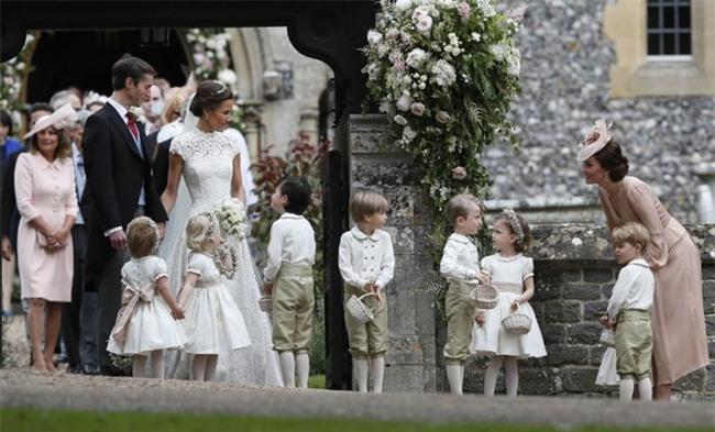 Đây chính là khoảnh khắc đáng giá nhất của tình chị em Công nương Kate trong đám cưới bạc tỷ - Ảnh 1.