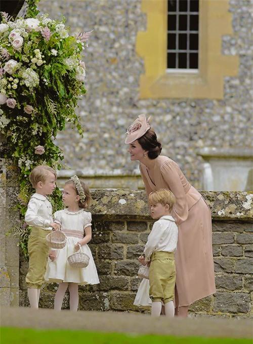 Đây chính là khoảnh khắc đáng giá nhất của tình chị em Công nương Kate trong đám cưới bạc tỷ - Ảnh 3.