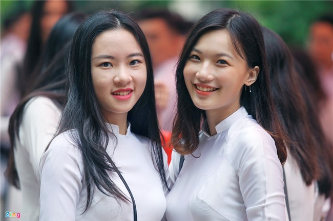 Hoc sinh Viet Duc bin rin trong ngay cuoi cung cua tuoi hoc tro hinh anh 3