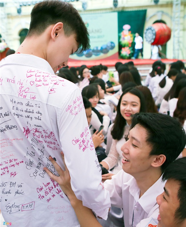 Hoc sinh Viet Duc bin rin trong ngay cuoi cung cua tuoi hoc tro hinh anh 8