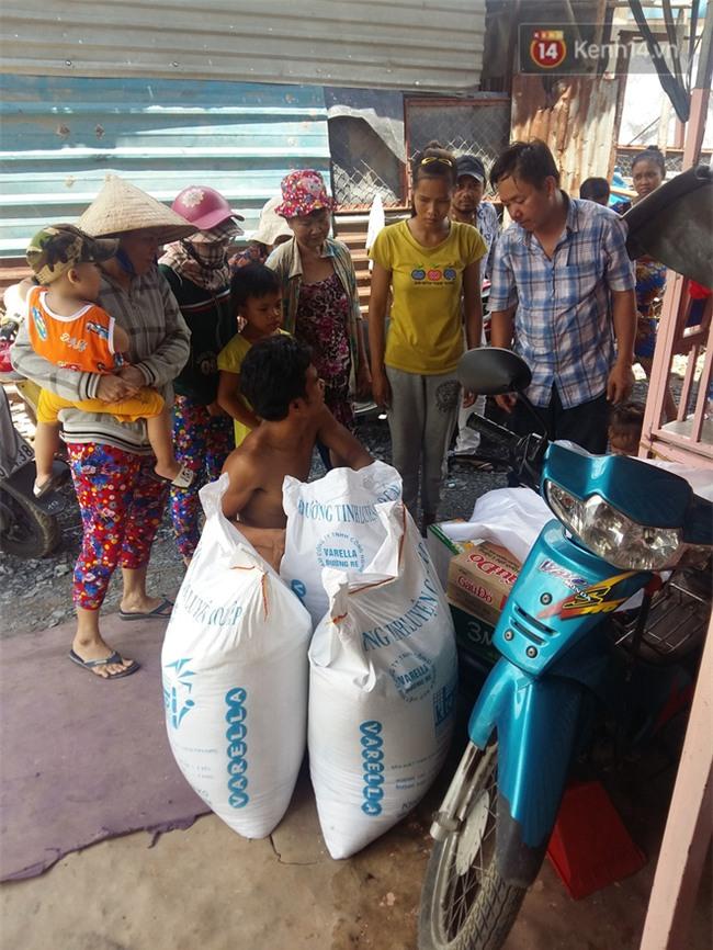 Người cha có 2 con bại não bất ngờ phát gạo từ thiện cho người dân nghèo ở xung quanh - Ảnh 5.