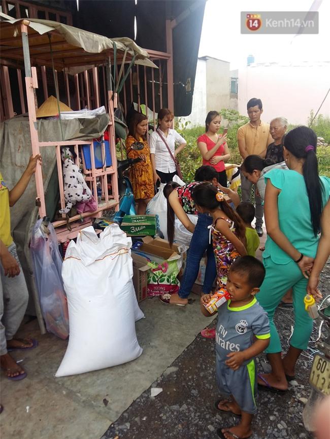 Người cha có 2 con bại não bất ngờ phát gạo từ thiện cho người dân nghèo ở xung quanh - Ảnh 6.