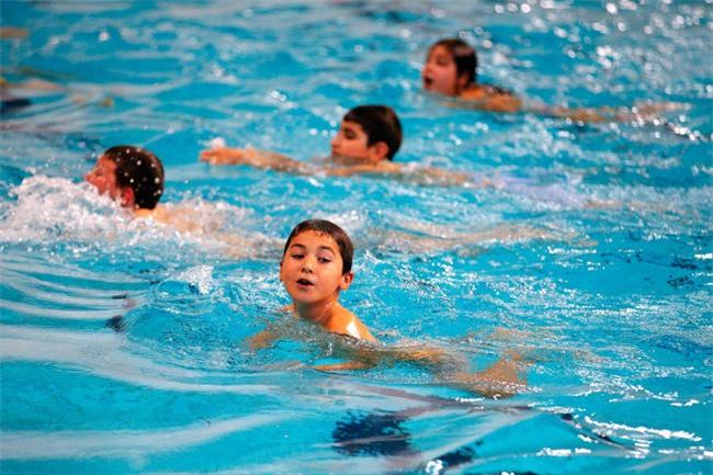 Khi đi bơi, tuyệt đối không làm việc này để tránh mắc các bệnh truyền nhiễm - Ảnh 1.
