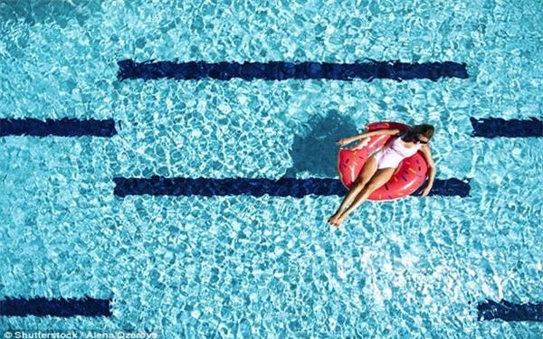 Khi đi bơi, tuyệt đối không làm việc này để tránh mắc các bệnh truyền nhiễm - Ảnh 2.