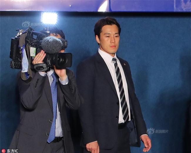 Vệ sĩ điển trai như tài tử của Tổng thống Hàn Quốc từ chức vì không muốn cướp ống kính của thân chủ - Ảnh 1.