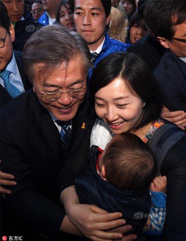 Vệ sĩ điển trai như tài tử của Tổng thống Hàn Quốc từ chức vì không muốn cướp ống kính của thân chủ - Ảnh 2.